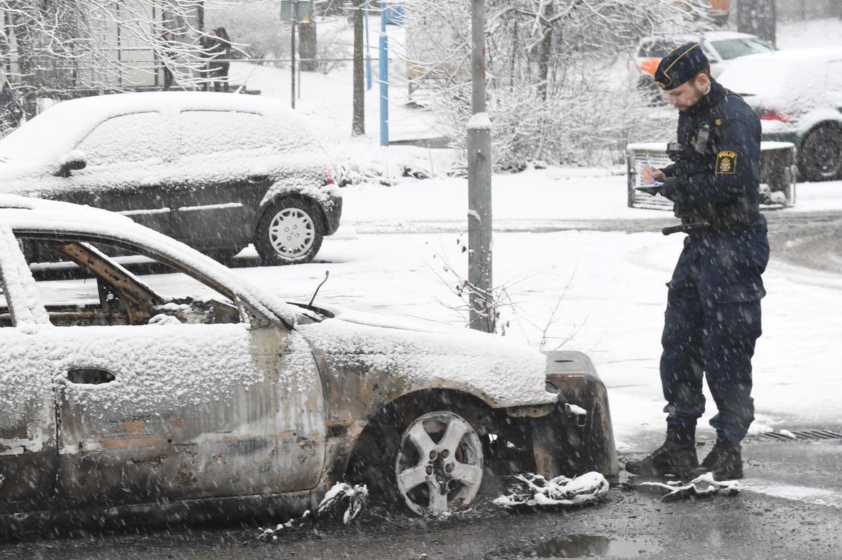 Ohořelé auto na stockholmském předměstí Rinkeby