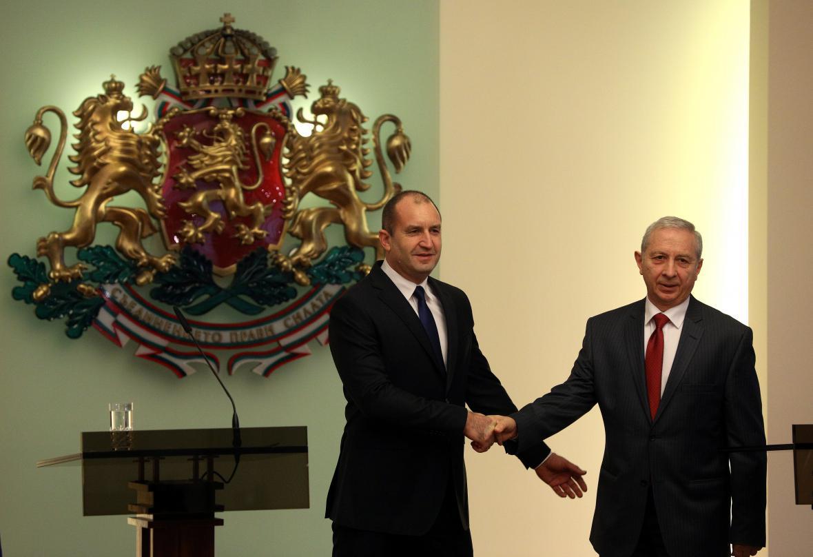 Bulharský prezident Rumen Radev (vlevo) s předsedou úřednické vlády Ognjanem Gerdžikovem