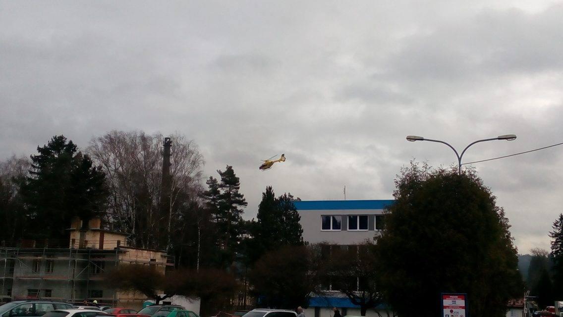 Vrtulník nad areálem