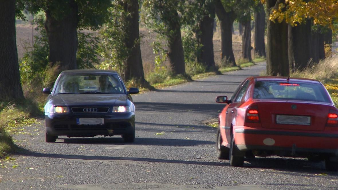 Na úzké silnici se nevyhnou dvě protijedoucí auta.