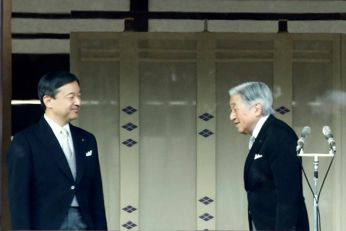Císař Akihito (vpravo) se svým synem Naruhitem