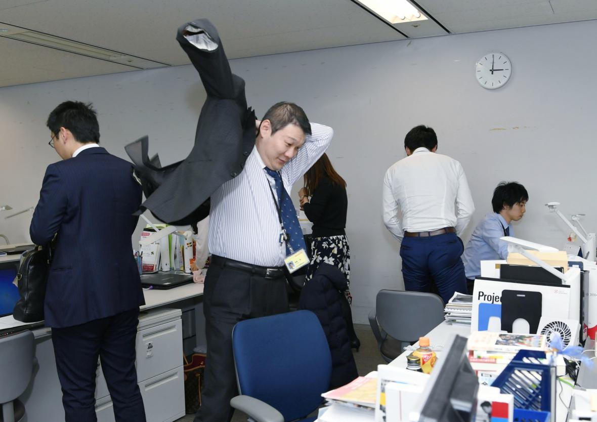Pracovníci firmy se balí domů v rámci prémiového pátku