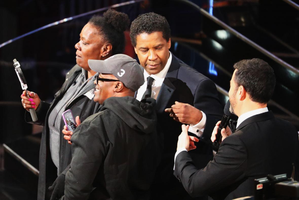 Fanoušci na slavnostním večeru, vpravo Denzel Washington a Jimmy Kimmel