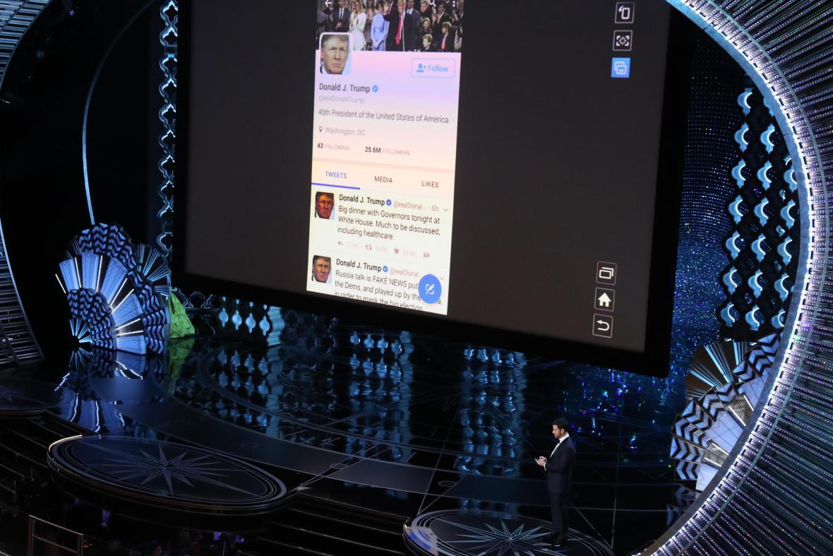 Jimmy Kimmel v přímém přenosu píše tweety prezidentu Trumpovi