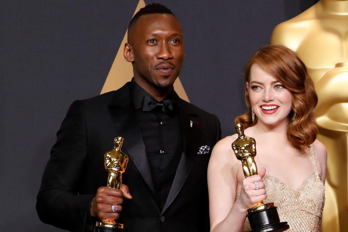Vítězní herci Mahershala Ali (Moonlight) a Emma Stone (La La Land)