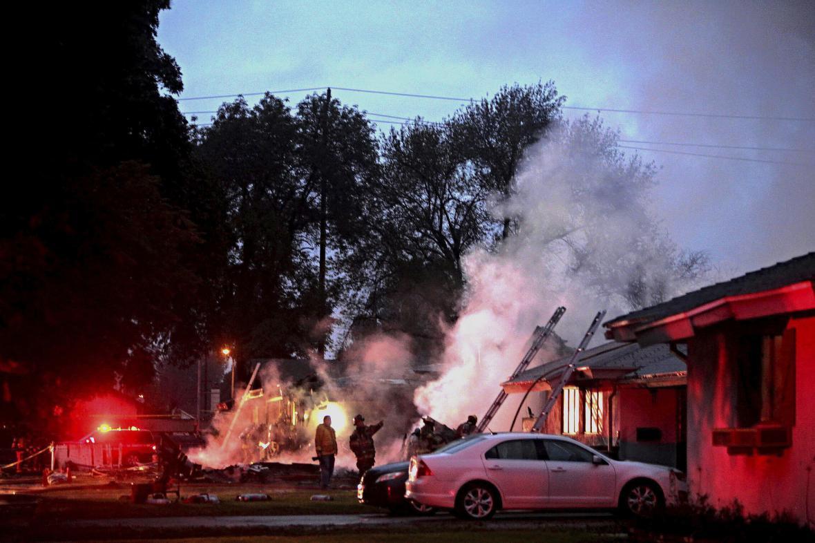 V Riverside se na obytné domy zřítilo malé letadlo