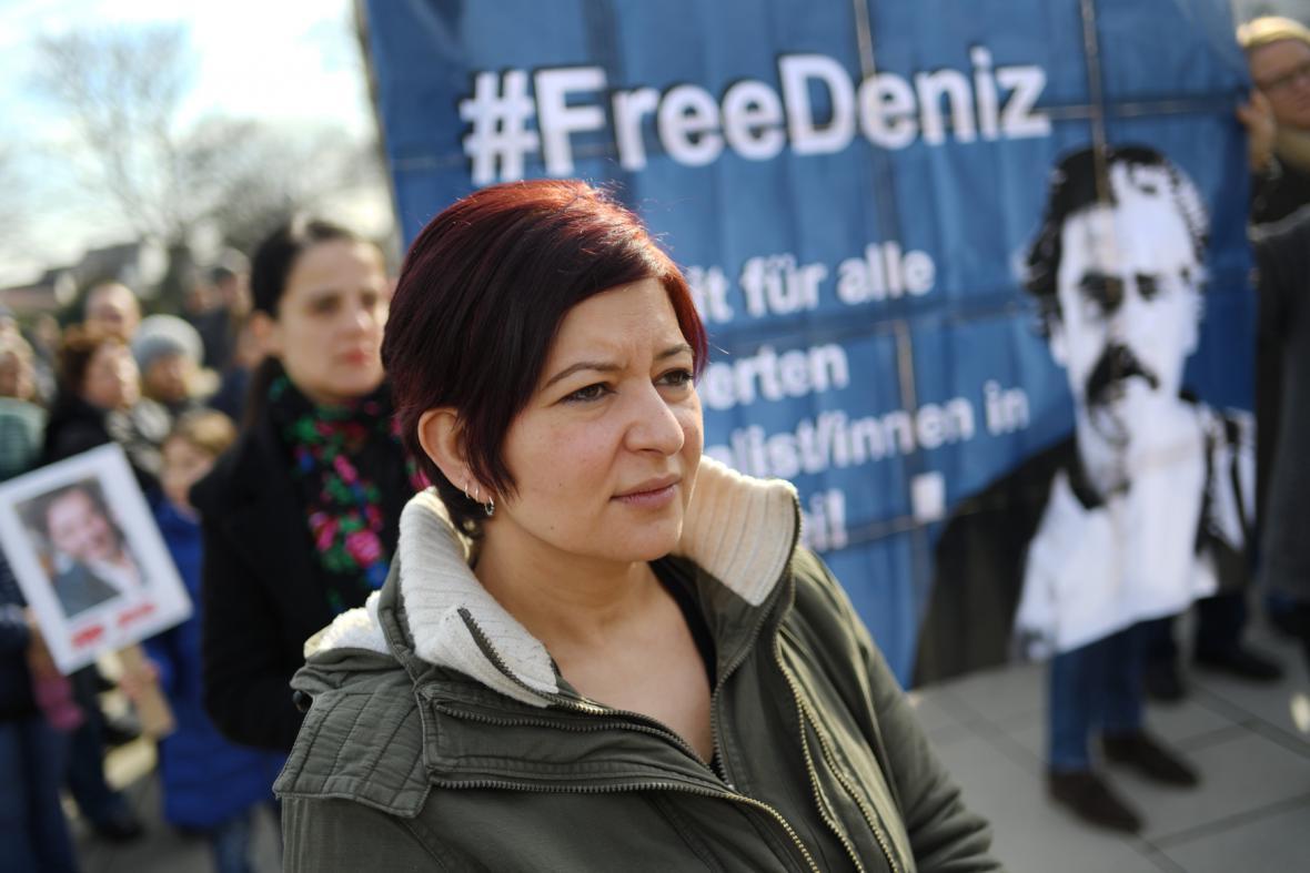 Demonstrace na podporu zadržovaného novináře Yücela