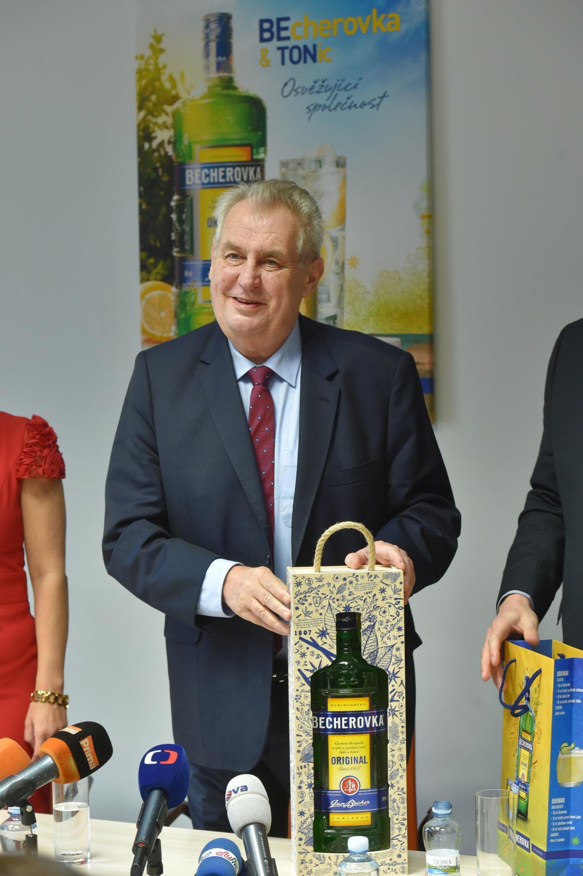 Miloš Zeman při návštěvě Becherovky