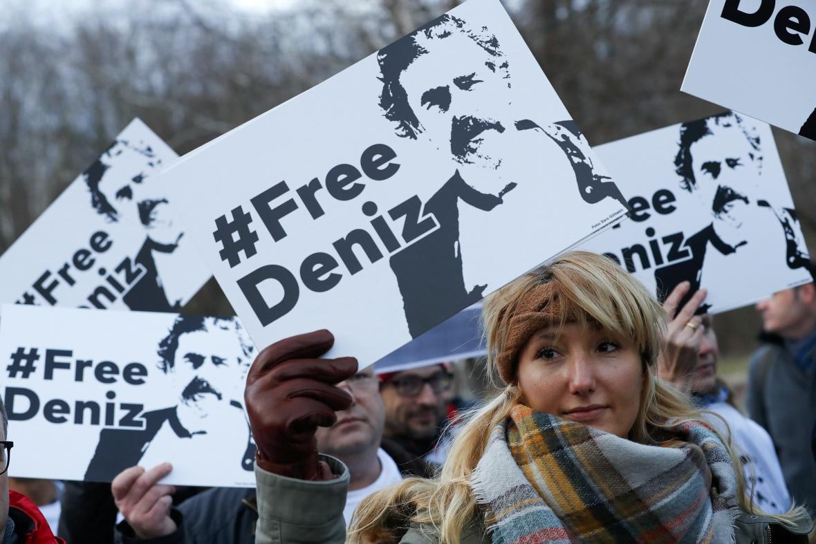 Demonstrace na podporu Denize Yücela