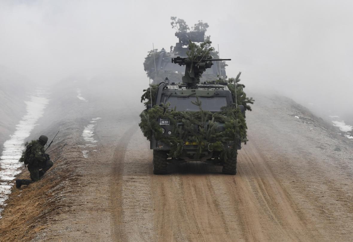 Čeští a litevští vojáci trénují ve vojenském prostoru Pabrade