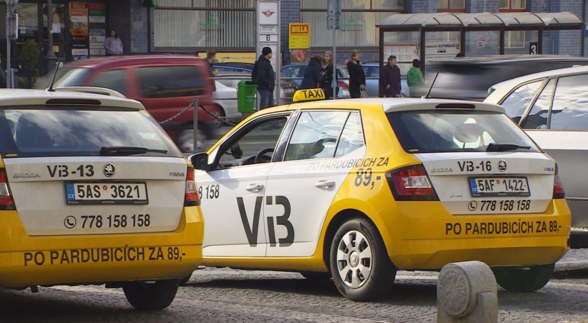 Někteří taxikáři tvrdí, že jízda po Pardubicích za 89 korun je prodělečná