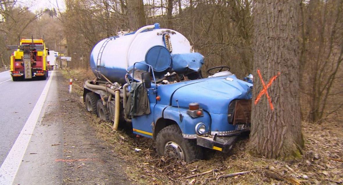 Topol spadl na kabinu cisterny, 52letý řidič zemřel