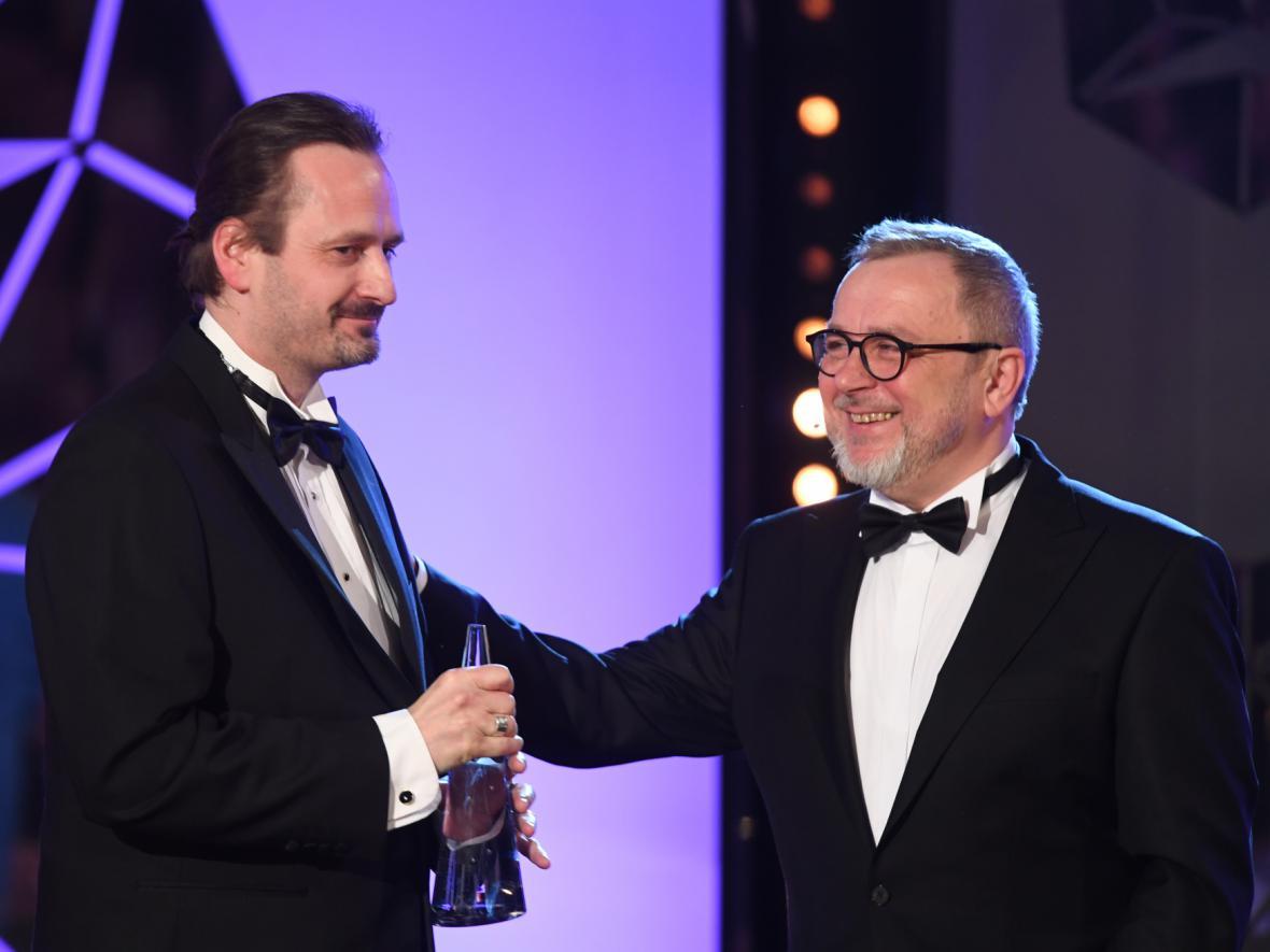 Nejlepší hudba (Masaryk):  Kryštof Marek (cenu přebírá i za Michala Lorence) s předávajícím Michalem Pavlíčkem