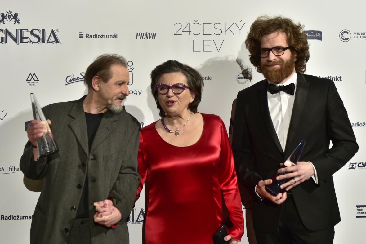Nejlepší dokument (Normální autistický film): režisér Miroslav Janek (vlevo) a producent Jan Macola s předávající Zuzanou Kronerovou