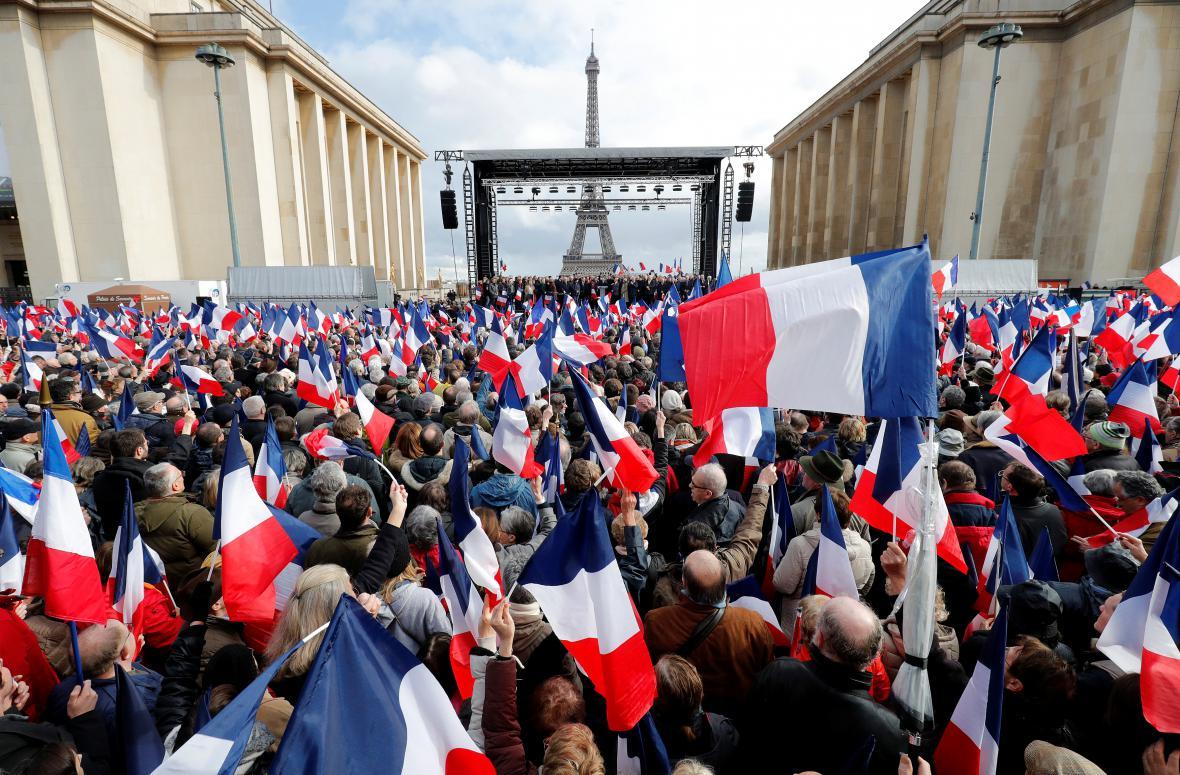 Fillona přišly podpořit do centra Paříže tisíce lidí