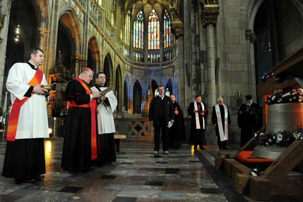 V rámci ekumenické bohoslužby za oběti totality kardinál Dominik Duka požehnal zvon Václav