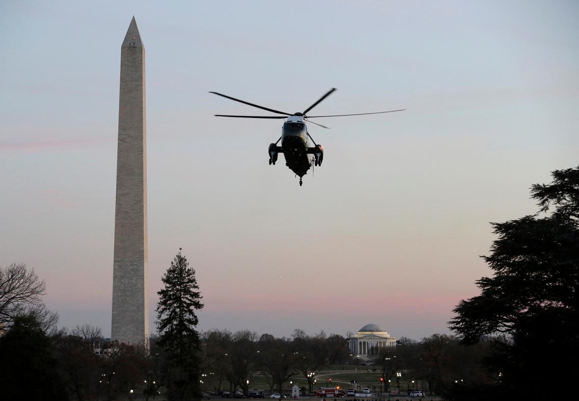 Prezidentský vrtulník míří k Bílému domu