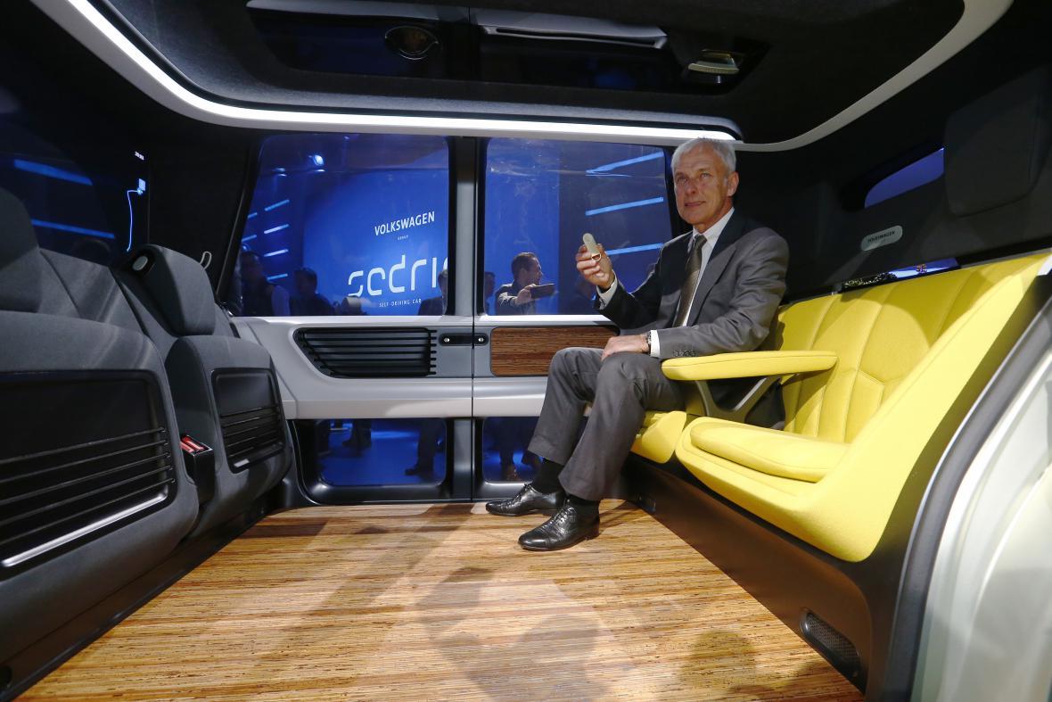 Šéf VW Matthias Müller uvnitř konceptu vozu Sedric