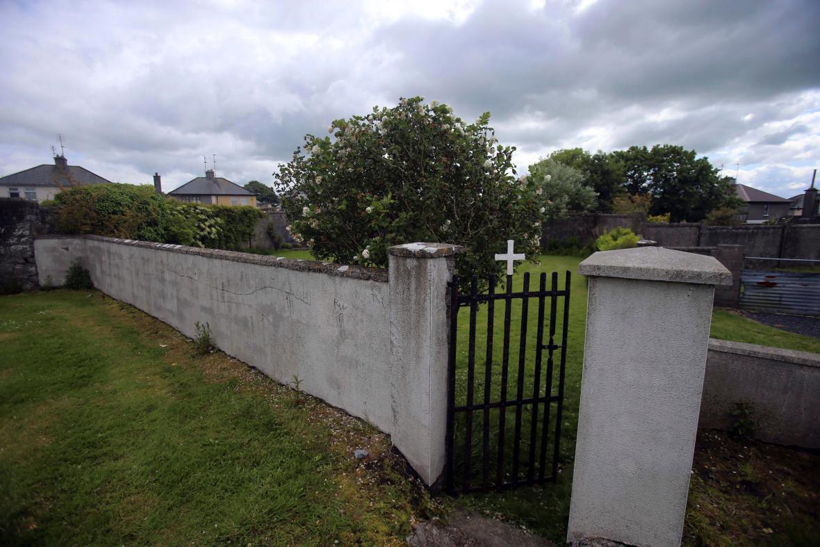 Místo nálezu hromadného dětského hrobu v irském Tuamu