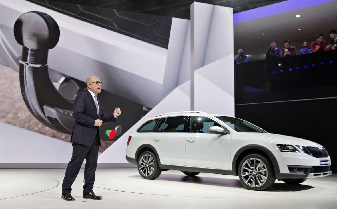 Šéf automobilky Škoda Auto Bernhard Maier představuje vůz Škoda Octavia Scout.