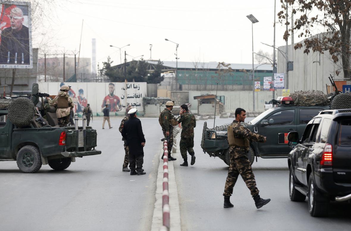 Afghánské bezpečnostní složky u místa útoku v Kábulu