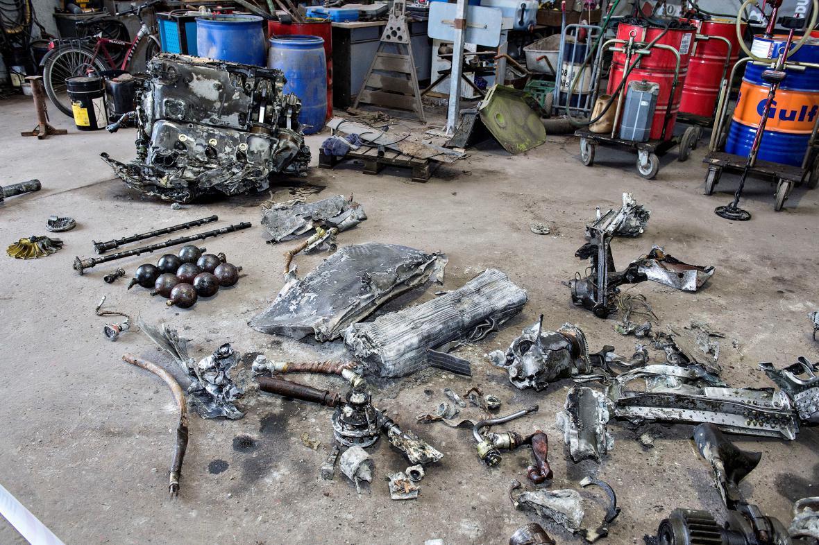 Kusy válečného stroje nalezeného na poli v Dánsku