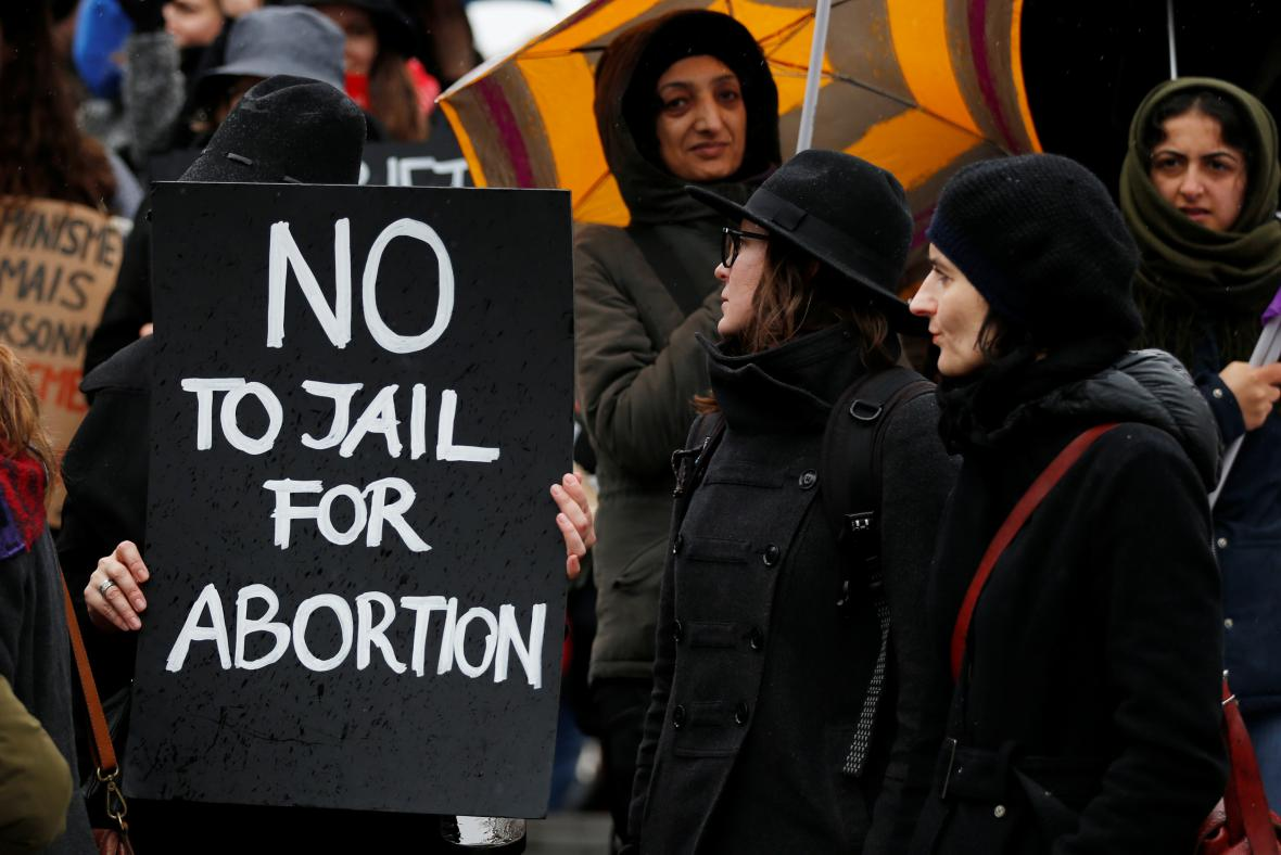 V několika zemích převládala protestní černá kvůli potratovým zákonům