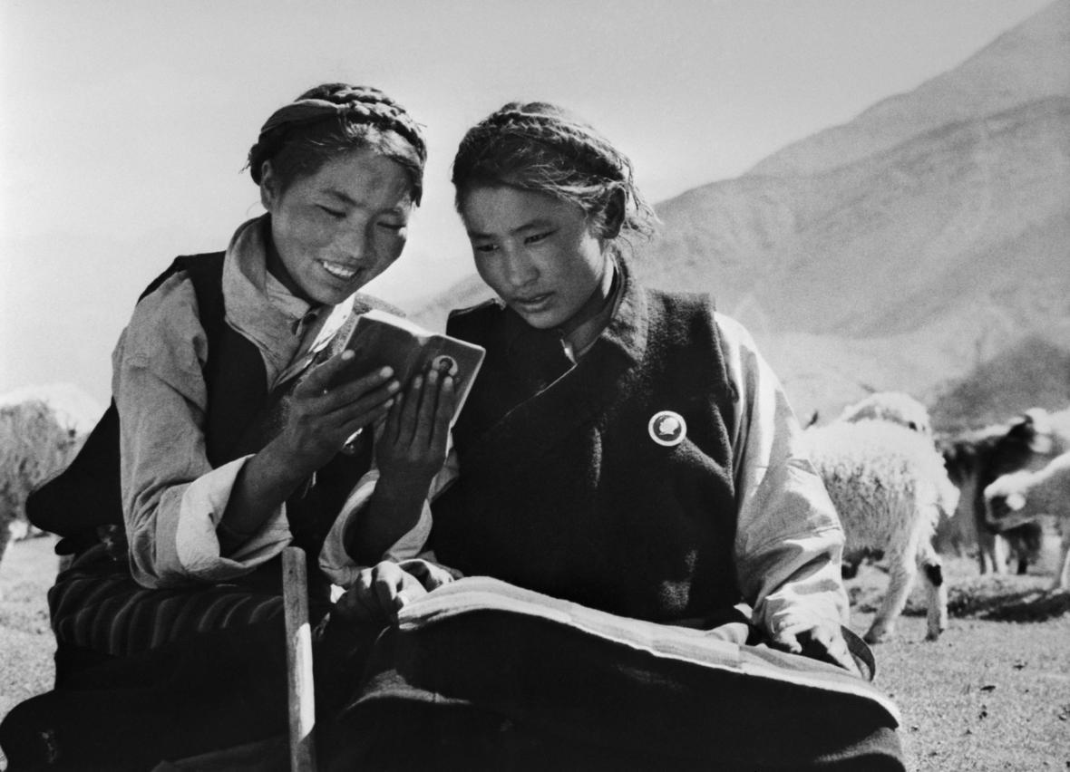 """Propagandistický snímek vydaný ČTK v roce 1971. """"Vyznavači Mao Ce-tungova učení utvořili lidovou komunu Ťie-pa na náhorní plošině v Tibetu. Na snímku mladé pastevkyně čtou Maovy citáty,"""" stojí v popisku."""