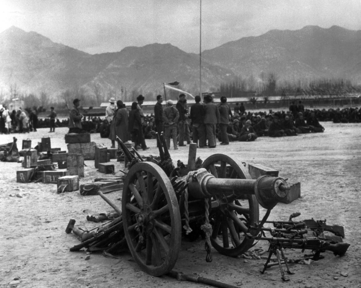 """Fotografie vydaná ČTK v březnu 1959, v době vrcholícího povstání Tibeťanů´vůči čínské nadvládě. Dobový popisek uvádí: """"Na snímku část zbraní, které byly odevzdány zajatými povstalci."""""""