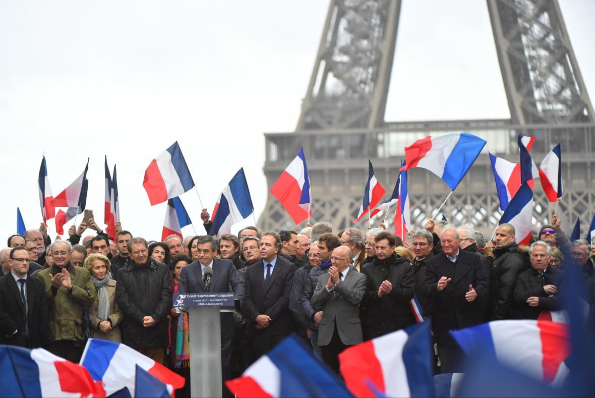 Shromáždění na podporu F. Fillona na pařížském Trocadéru