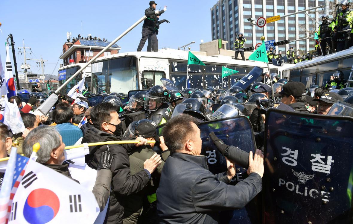 Demonstrace příznivců Pak Kun-hje před soudem