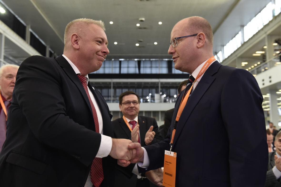 Bohuslav Sobotka a Milan Chovanec na 39. sjezdu ČSSD
