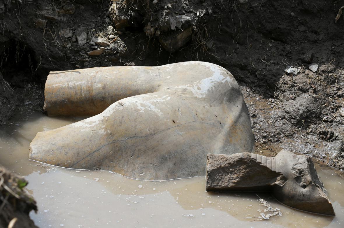 Socha Ramesse II. objevená v káhirském slumu