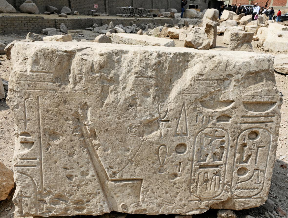 Společně se sochou faraona byl nalezen i úlomek obelisku