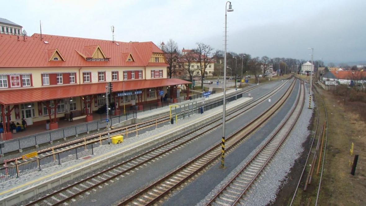 Zrekonstruované nádraží v Uherském Brodě pro křížení tří vlaků nestačí