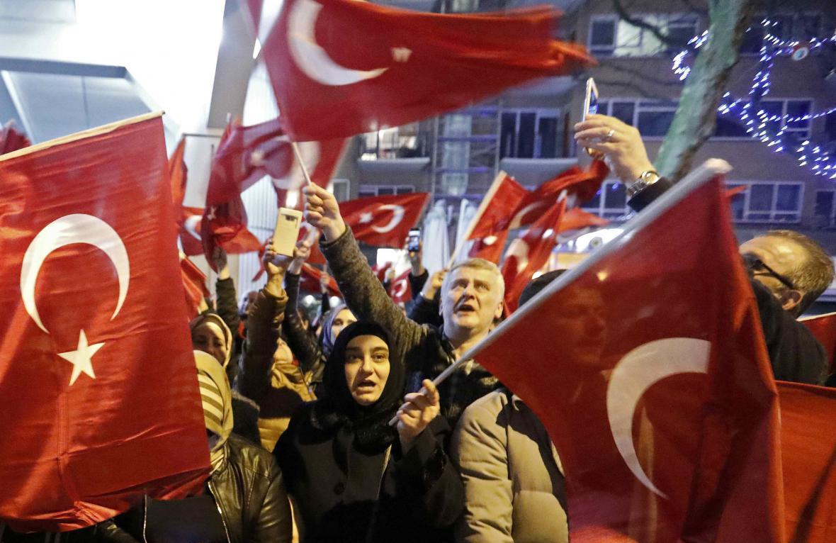 Demonstrace před tureckým konzulátem v Rotterdamu