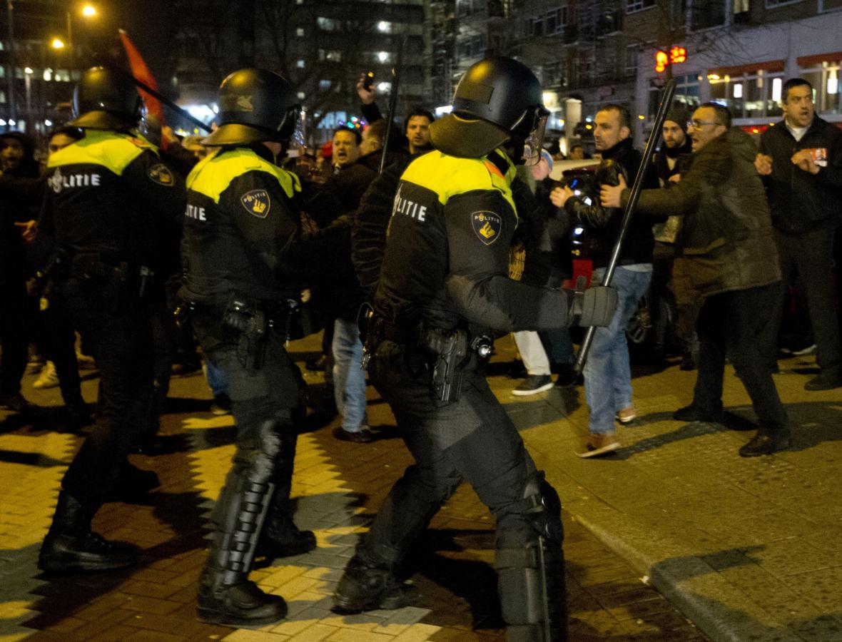 Nizozemská policie zasáhla proti Erdoganovým příznivcům v Rotterdamu