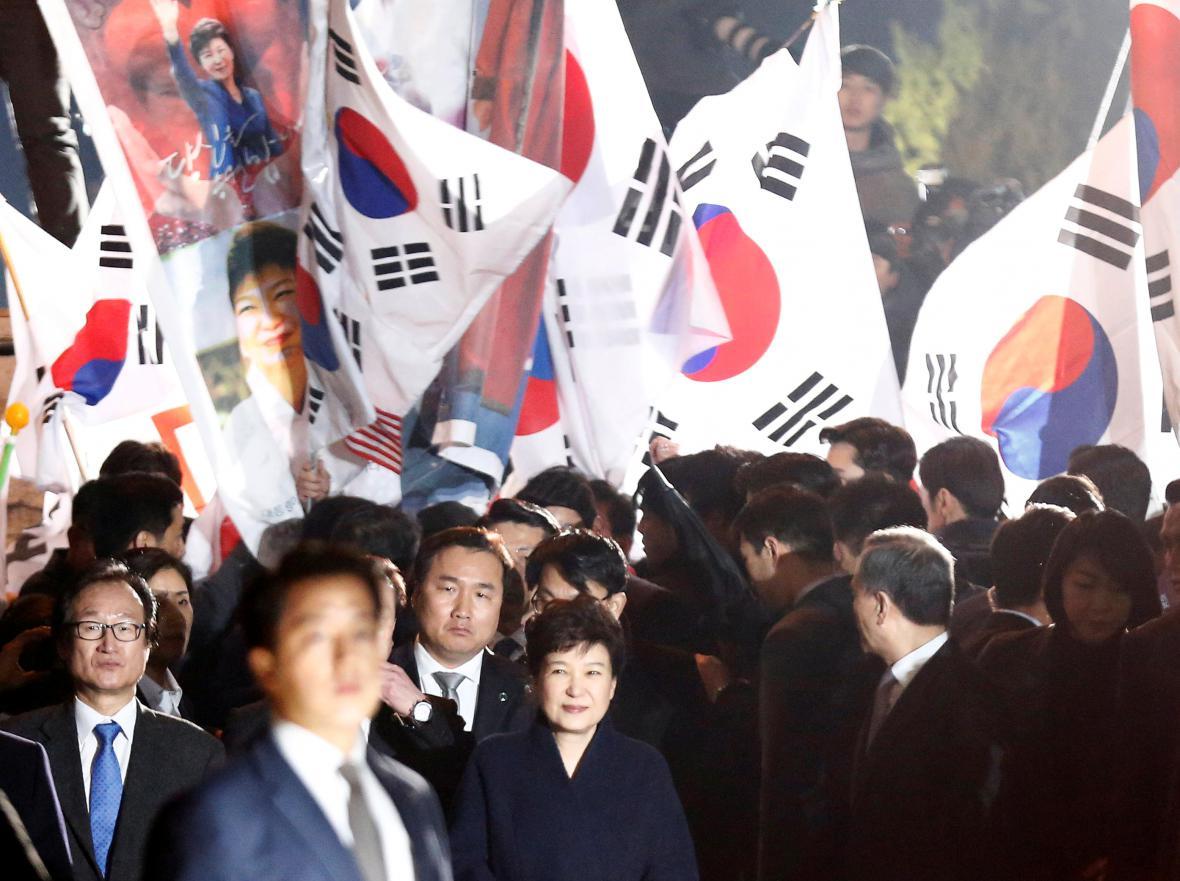 Jihokorejskou exprezidentku vítaly při příchodu do její rezidence stovky příznivců