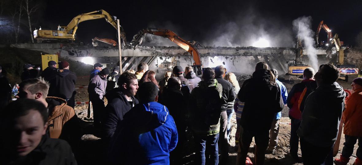 Lidé sledovali demolici mostu u Měšína