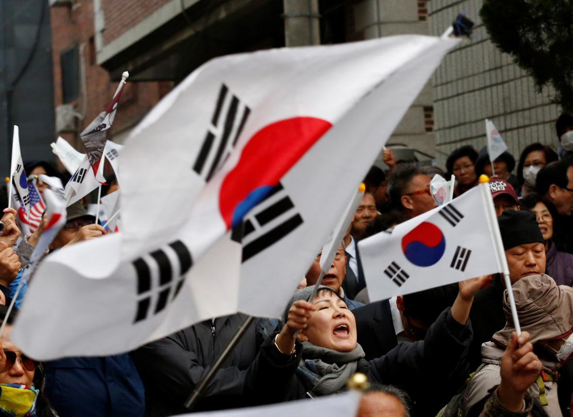Před domem Pak Kun-hje se sešly stovky lidí