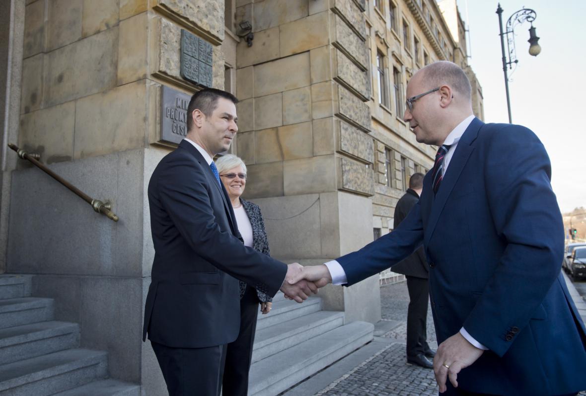 Premiér Sobotka se zdraví s Jiřím Havlíčkem