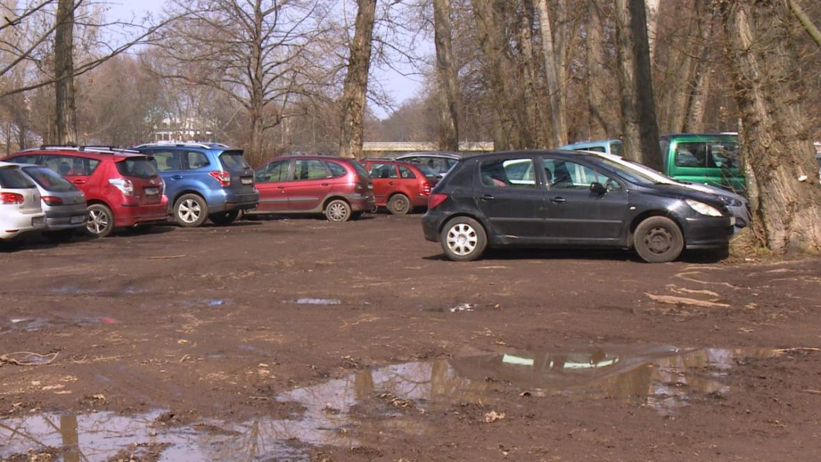 Denně parkuje na břehu Labe na 700 řidičů