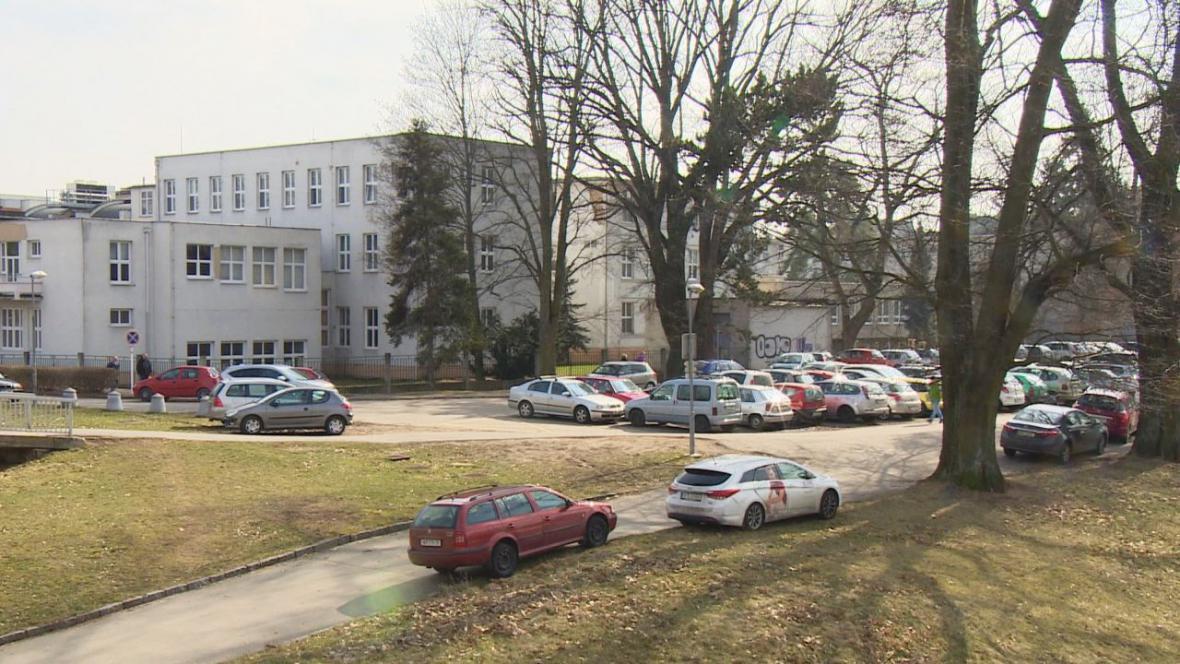 Návštěvníci a zaměstnanci nemocnice parkují, kde se dá