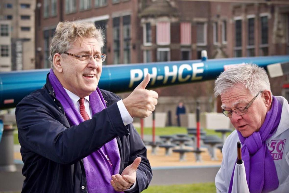 Předseda strany 50PLUS Henk Krol (vlevo)
