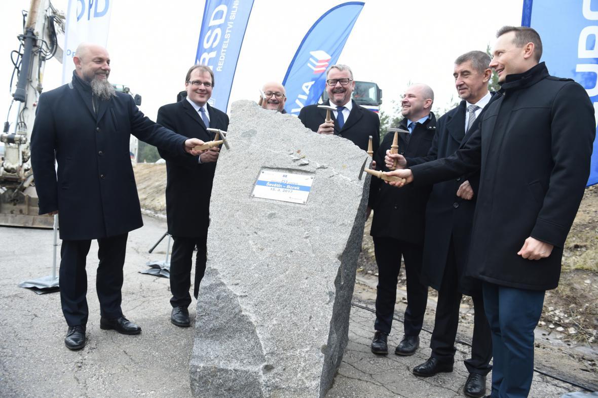 Místo jednání sněmovny se Andrej Babiš účastnil zahájení stavby dalšího úseku dálnice D3