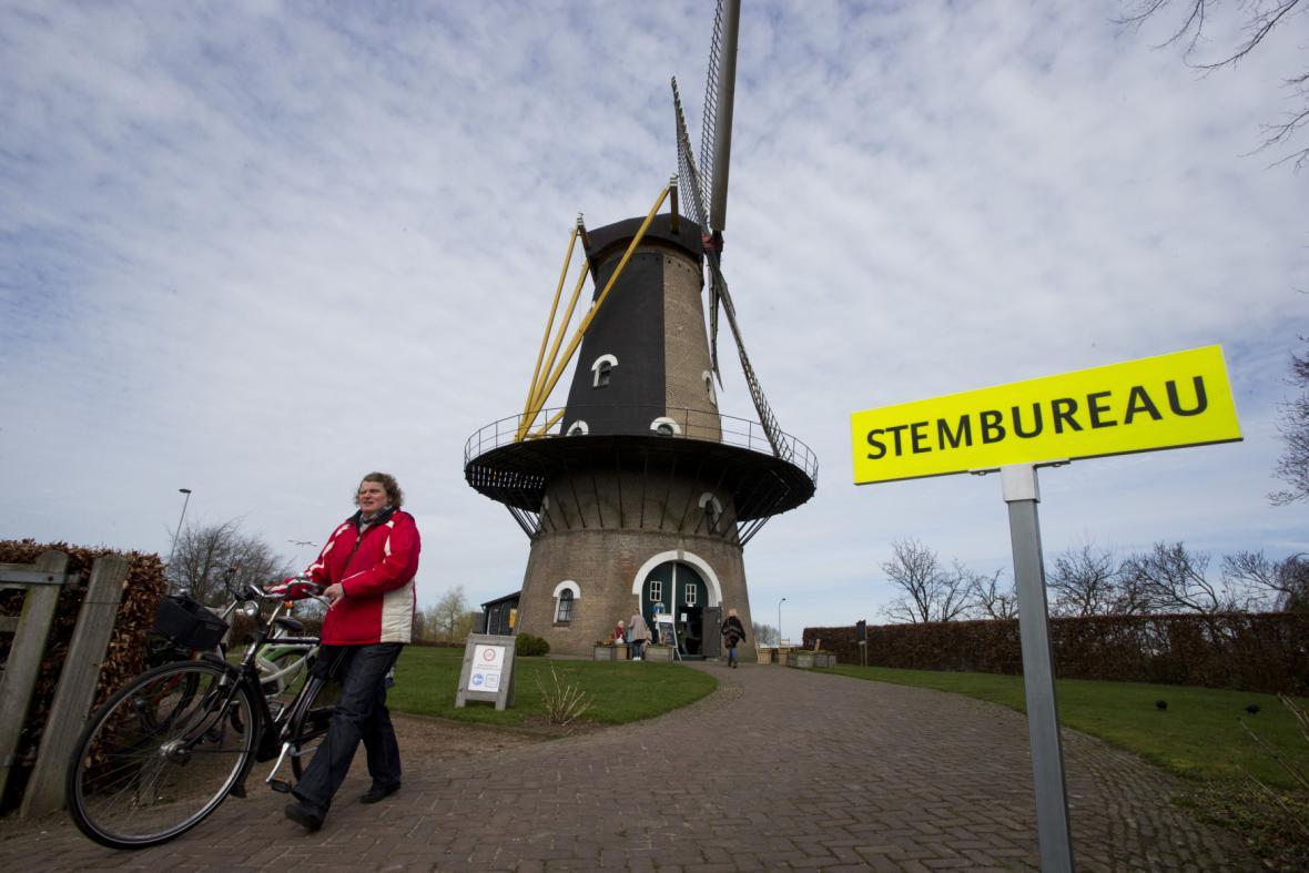 Volební místnost ve větrném mlýně v Oisterwijku