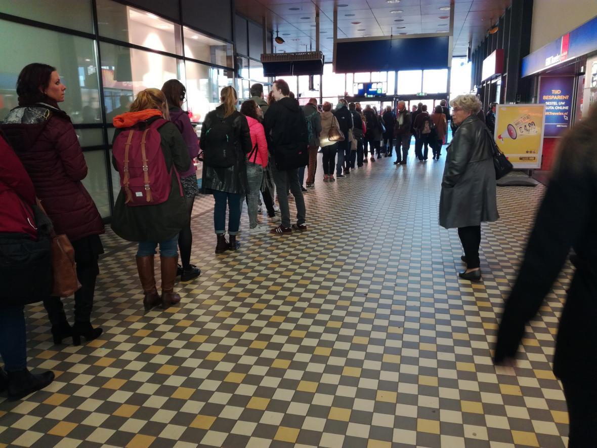Voliči čekají ve frontě na nádraží v Nijmegen
