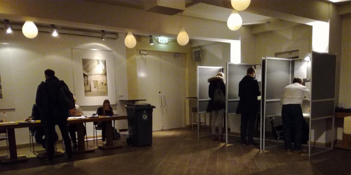 Poklidná volební místnost v kině v Nijmegenu
