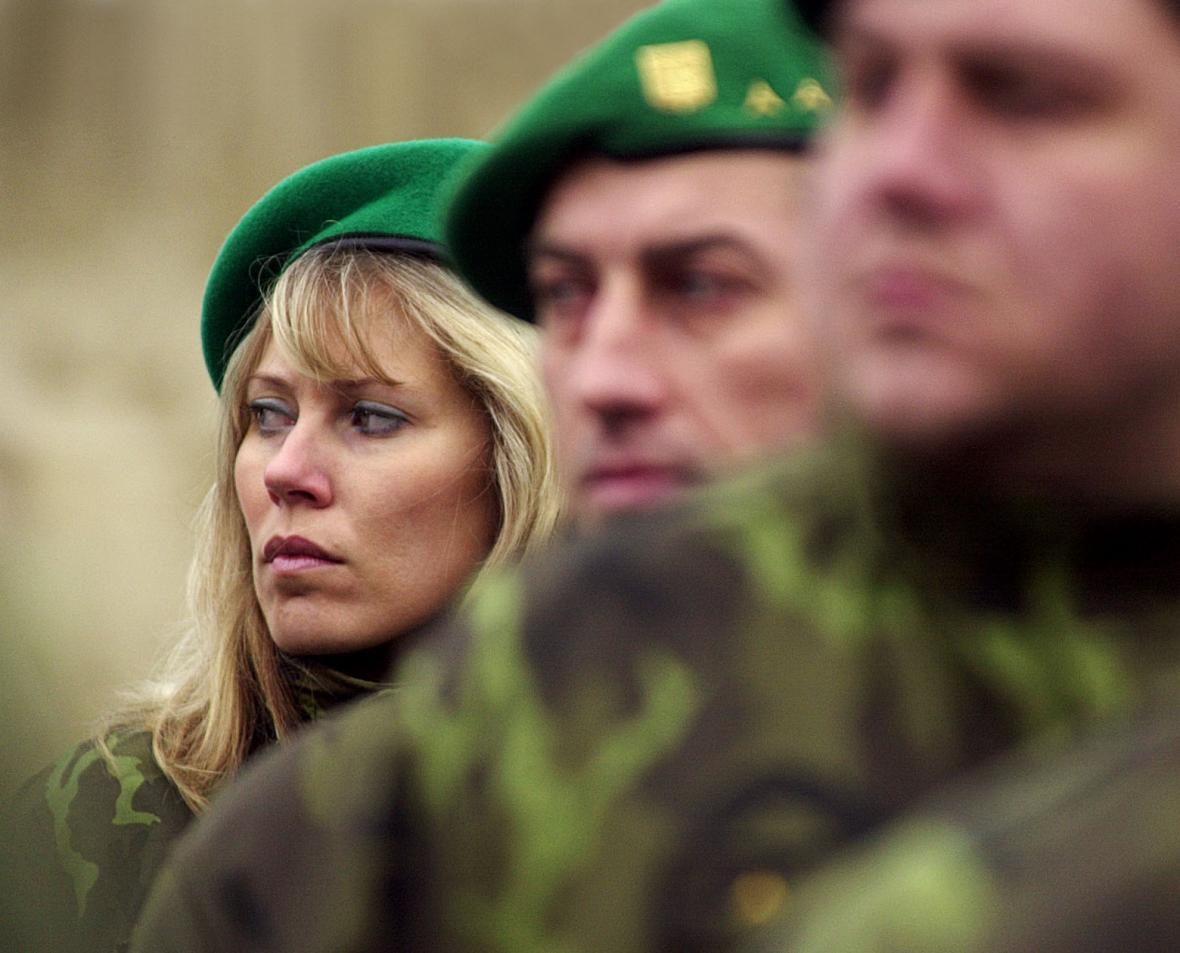 Vojáci a vojákyně z dělostřelecké brigády v Jincích na Příbramsku