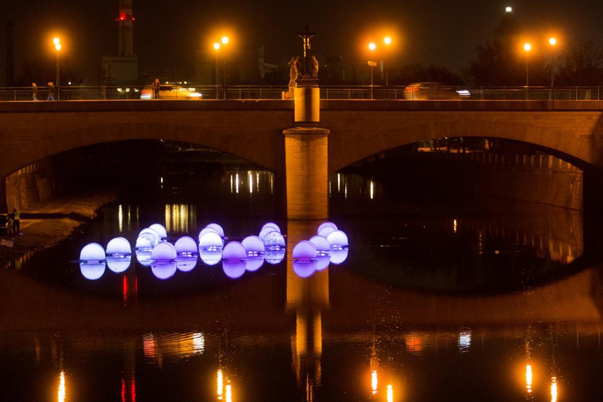 Instalace Jürgena Böhma na řece Mži